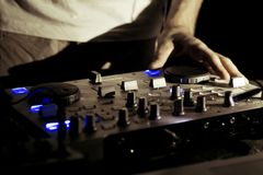 Trabajo de DJ en evento vivo de la música del disco imagen de archivo