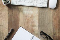 Trabajo de escritorio con el ordenador, las fuentes, la tableta, la calculadora, la pluma y g Fotografía de archivo libre de regalías