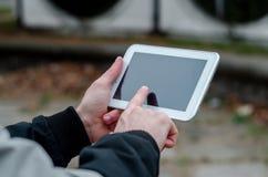Trabajo de la calle, viendo en las noticias de la tableta Fotos de archivo libres de regalías