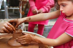 Trabajo de la cerámica de la rueda de manos del alfarero de la arcilla