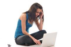 Trabajo de la chica joven sobre la computadora portátil Imagen de archivo