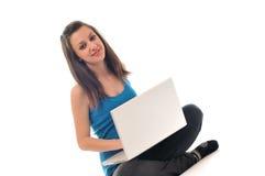 Trabajo de la chica joven sobre la computadora portátil Fotos de archivo libres de regalías