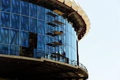 Trabajo de la construcción y de la instalación en la altura fotografía de archivo