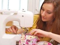 Trabajo de la costurera de la mujer Foto de archivo libre de regalías