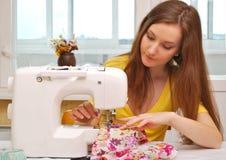 Trabajo de la costurera de la mujer Fotografía de archivo libre de regalías