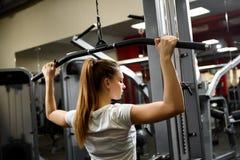 Trabajo de la deportista nuestro seriamente en un gimnasio grande fotos de archivo libres de regalías