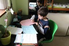 Trabajo de la escuela en casa imagen de archivo libre de regalías