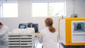Trabajo de la gente en el laboratorio almacen de video