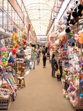 Trabajo de la gente en el mercado comercial al por mayor imagenes de archivo