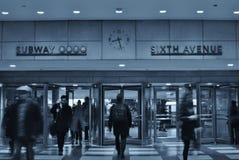 Trabajo de la hora punta de la gente del edificio de plaza del Rockefeller Center del subterráneo de New York City foto de archivo libre de regalías