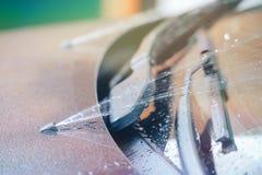 Trabajo de la lavadora del parabrisas en el momento foto de archivo libre de regalías