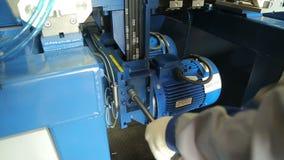 Trabajo de la máquina de la carpintería en la empresa de la carpintería almacen de metraje de vídeo