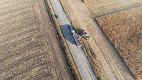 Trabajo de la máquina segador sobre campo de maíz almacen de video