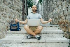 Trabajo de la meditación Hombre del Freelancer y un viajero que trabaja en un lapt fotos de archivo libres de regalías