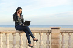 Trabajo de la mujer de negocios al aire libre en el teléfono Imágenes de archivo libres de regalías