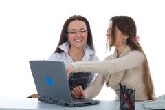 Trabajo de la mujer de negocios dos con la computadora portátil Foto de archivo libre de regalías