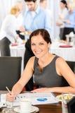 Trabajo de la mujer de negocios durante comida fría del abastecimiento Fotos de archivo libres de regalías