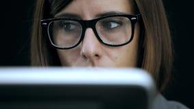 Trabajo de la mujer en el ordenador metrajes