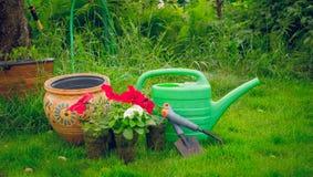 Trabajo de la primavera en el jardín La herramienta del jardinero Imagenes de archivo
