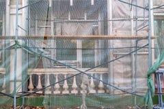 Trabajo de la restauración del emplazamiento de la obra sobre la renovación de la fachada vieja del edificio imagen de archivo