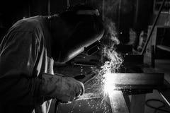 Trabajo de la soldadura del hombre Foto de archivo libre de regalías