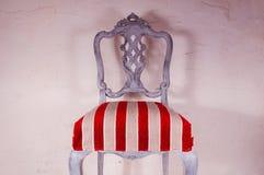 Trabajo de la tapicería Silla de madera pintada con la tela hermosa Imagenes de archivo