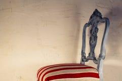Trabajo de la tapicería Silla de madera pintada con la tela hermosa Imágenes de archivo libres de regalías