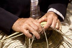 Trabajo de las manos del artesano de la cestería Fotografía de archivo
