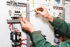 Trabajo de las manos del `s del electricista Fotos de archivo
