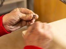 Trabajo de las manos del zapatero imagenes de archivo