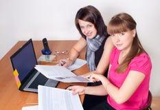 Trabajo de las muchachas en la oficina Imagenes de archivo