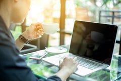 Trabajo de las mujeres con los ordenadores en la oficina imagenes de archivo