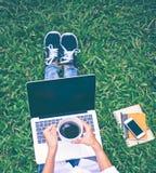 Trabajo de las mujeres en el parque con el ordenador portátil, Imagen de archivo