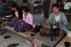 Trabajo de las mujeres en una fábrica de lacquerware Imágenes de archivo libres de regalías