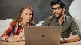 Trabajo de los empleados en pares almacen de video