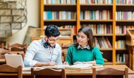 Trabajo de los estudiantes sobre la asignación casera foto de archivo libre de regalías