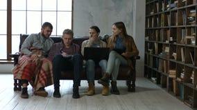 Trabajo de los estudiantes sobre proyecto junto y la cooperación metrajes