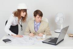 Trabajo de los hombres de negocios en la oficina con la computadora portátil Fotos de archivo