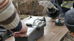 Trabajo de los ingenieros de las comunicaciones de la brigada de la emergencia metrajes