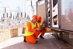 Trabajo de los ingenieros eléctricos Fotografía de archivo