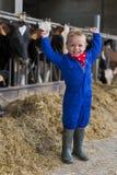 Trabajo de los niños sobre la granja imágenes de archivo libres de regalías