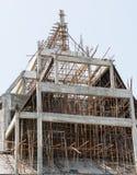 Trabajo de los trabajadores de construcción sobre enmarcar un edificio Imagenes de archivo