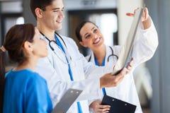Trabajo de los trabajadores del cuidado médico Imágenes de archivo libres de regalías