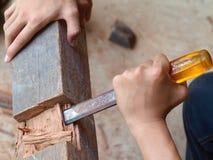 Trabajo de madera con el cincel Imágenes de archivo libres de regalías
