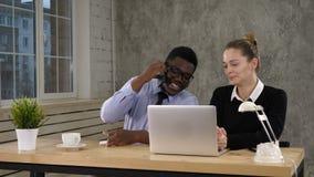 Trabajo de Making Call Team del hombre de negocios de Using Laptop And de la empresaria metrajes