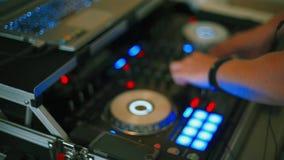 Trabajo de manos de DJ con un remoto sano almacen de video