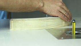 Trabajo de manos fuerte sobre una tabla que muele almacen de metraje de vídeo