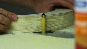 Trabajo de manos fuerte sobre una tabla que muele metrajes