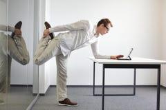 Trabajo de oficina del durrng del ejercicio de pierna Foto de archivo libre de regalías