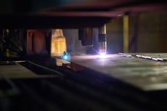 Trabajo de proceso del laser para corte de metales foto de archivo libre de regalías
